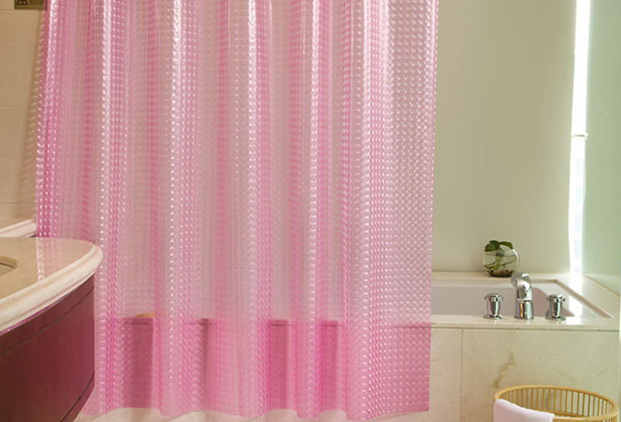 Розовая штора из мягкого пластика в ванной
