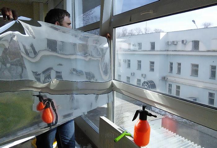 Установка зеркальной пленки на окно