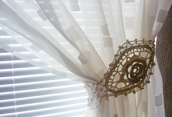 Оригинальный вязаный подхват для шторы