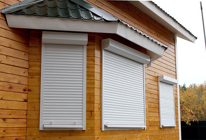 Защитные жалюзи на окнах деревянного дома