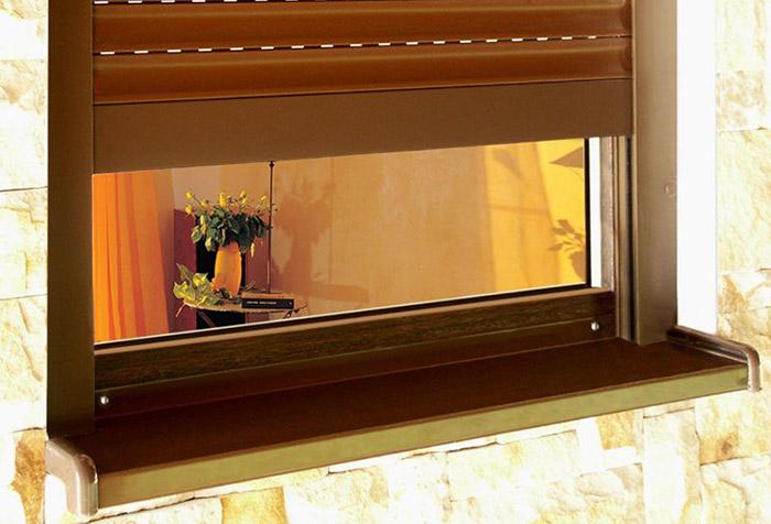 Окно, оформленное защитными жалюзи