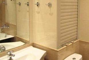 Как подобрать подходящие жалюзи в туалет и правильно их установить?