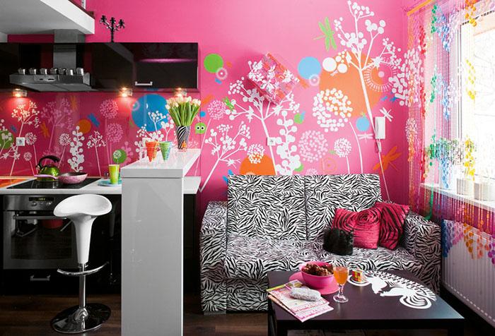 Необычные шторы в комнате с розовыми стенами