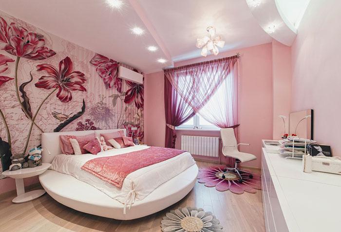 Легкие шторы в спальне с розовыми обоями