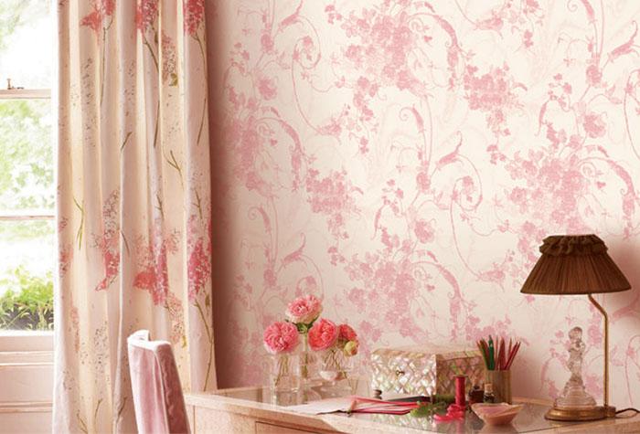 Шторы с цветочным узором в дополнение к розовым обоям в стиле шебби-шик