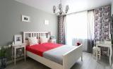 Пестрые шторы и серые стены в спальне