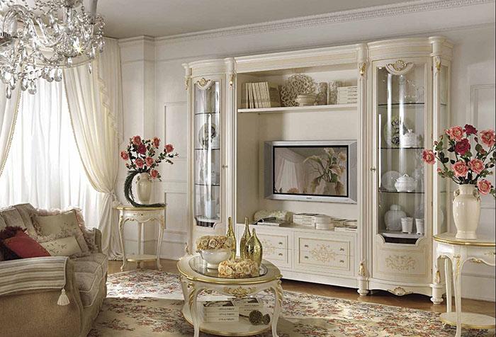 Легкие шторы в классической гостиной