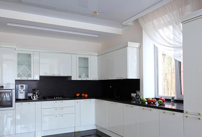 Асимметричная тюлевая занавеска на кухне