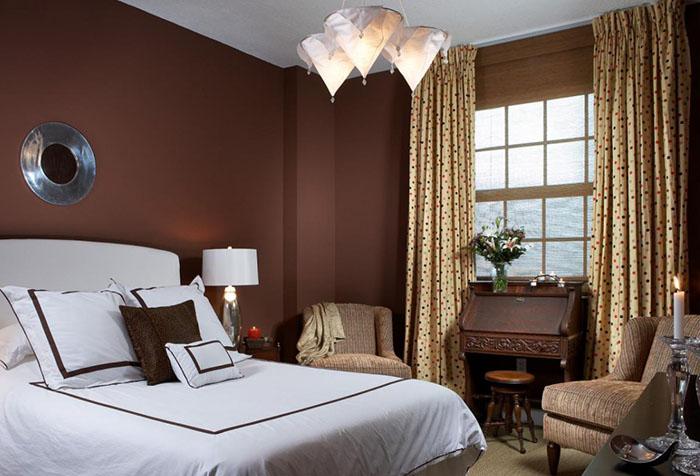 Коричневые стены в спальне со шторами в горошек