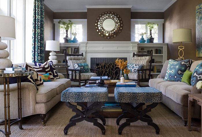 Сочетание голубого текстиля и коричневых стен в гостиной