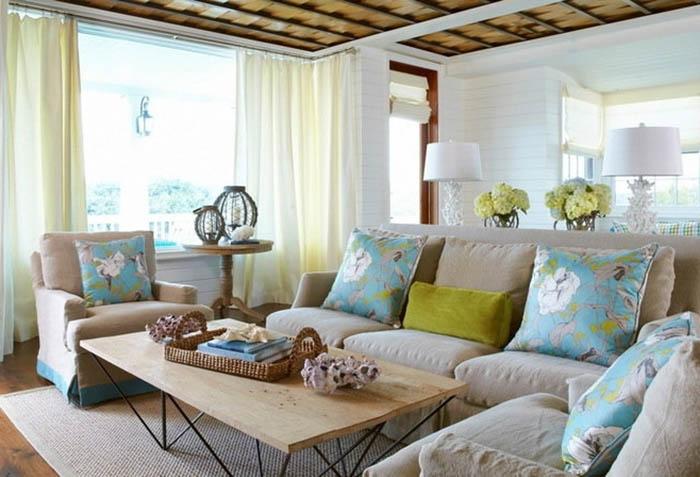 Простые шторы на кольцах в гостиной