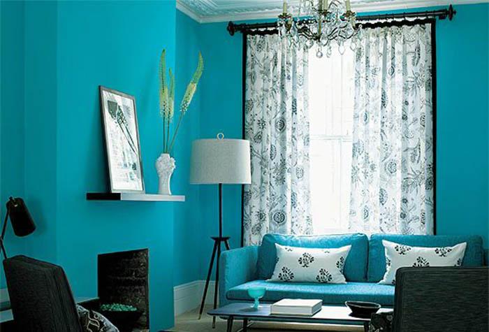 Яркие бирюзовые стены в гостиной