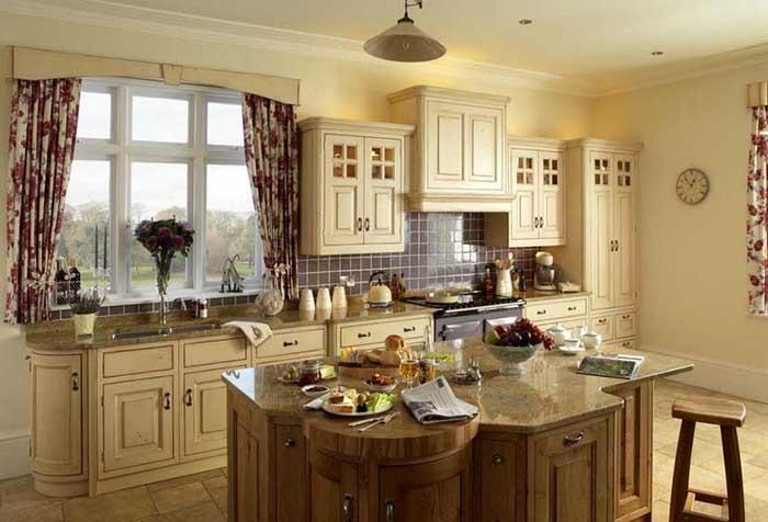 Кухня в стиле кантри с пестрыми шторами
