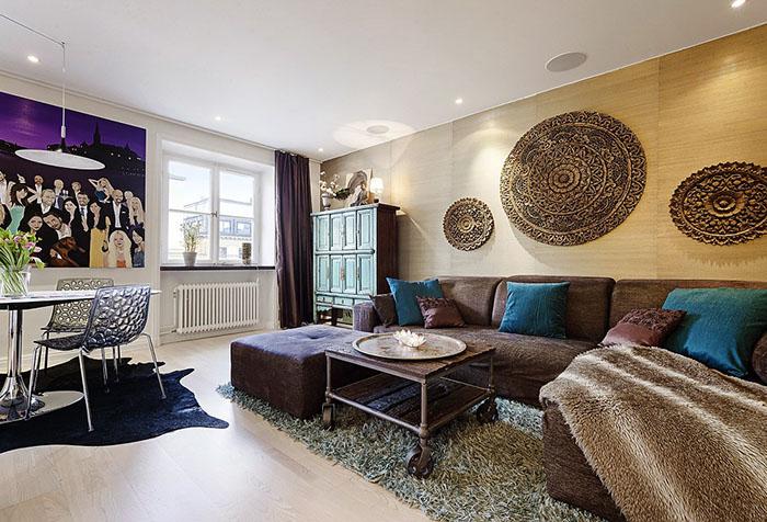 Сочетание бежевого и темно-фиолетового в интерьере гостиной