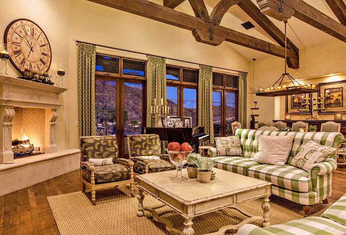 Зеленые шторы в сочетании с бежевыми обоями в гостиной
