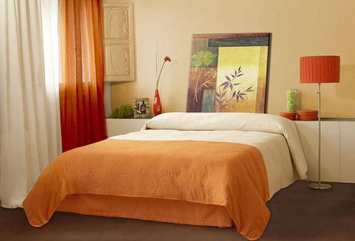 Сочетание оранжевого и бежевого с интерьере спальни
