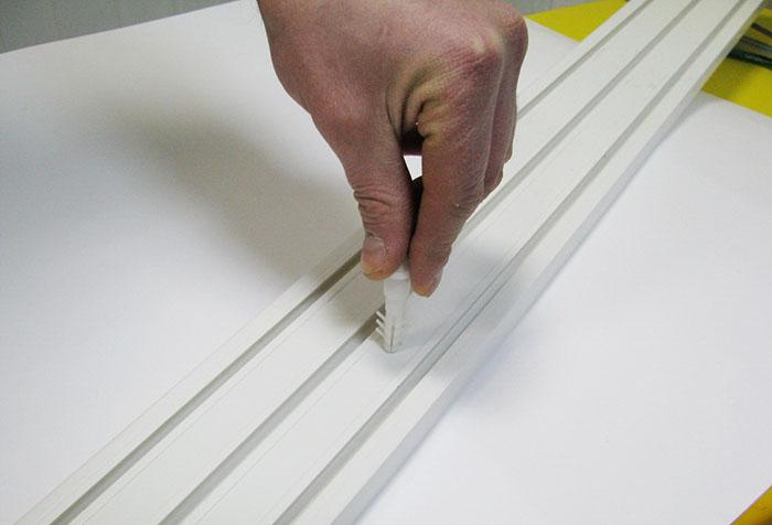 Разметка креплений пластикового потолочного карниза