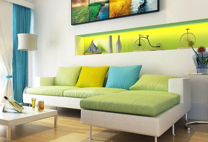 Сочетание желтого, белого и голубого в интерьере гостиной
