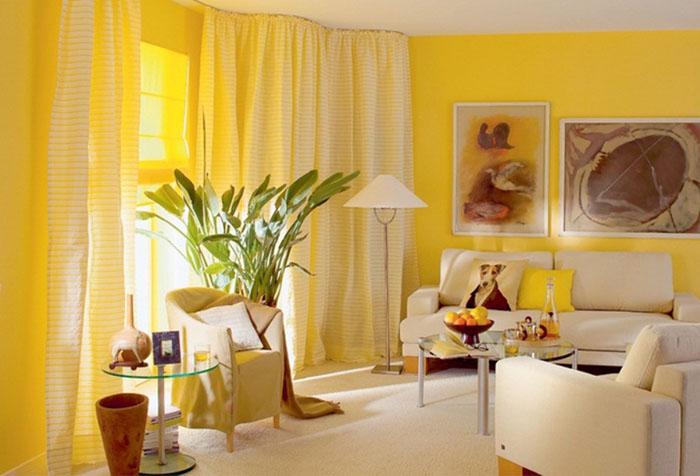 Желтые обои и белые шторы в гостиной