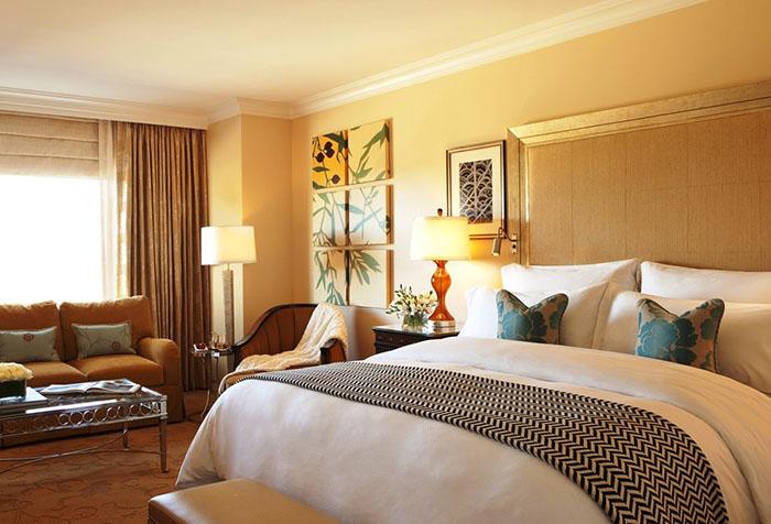Желтые обои и коричневые шторы в спальне