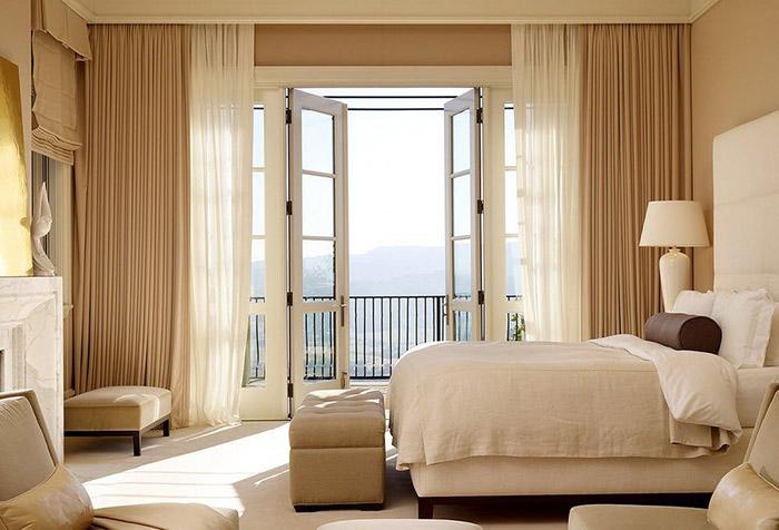 Классические шторы в спальне с балконом