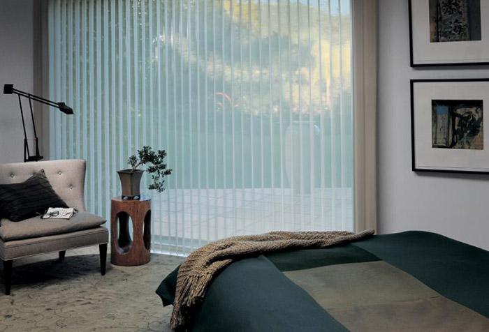 Стильная прозрачная штора в спальне