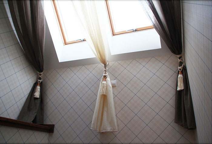 Необычные шторы на мансарде