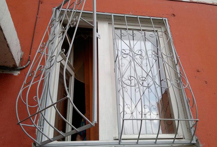 Двустворчатая решетка на окне