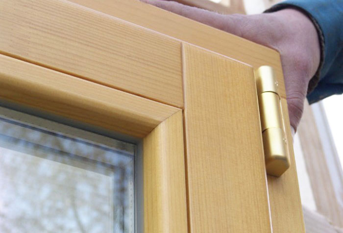Фрагмент нового деревянного окна