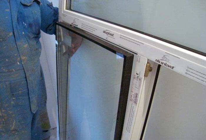 Изъятие стеклопакета перед монтажом окна