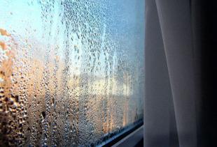 Почему потеют пластиковые окна изнутри дома или квартиры, должен ли конденсат собираться снаружи?