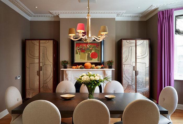 Яркая лиловая штора в интерьере столовой