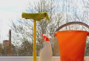Как быстро и без разводов помыть окна в домашних условиях?