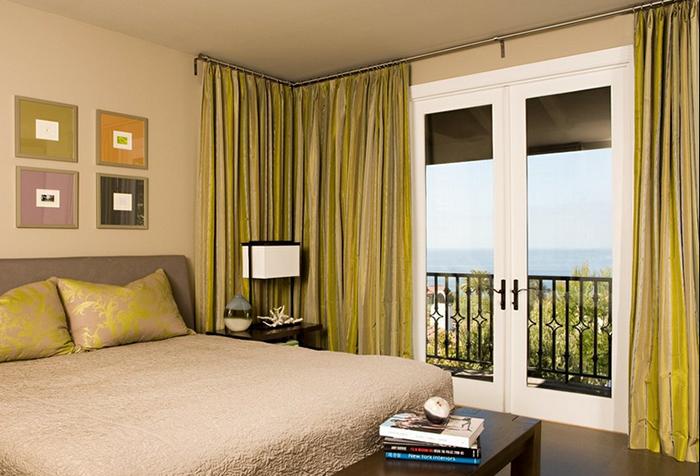 Угловые шторы в спальне