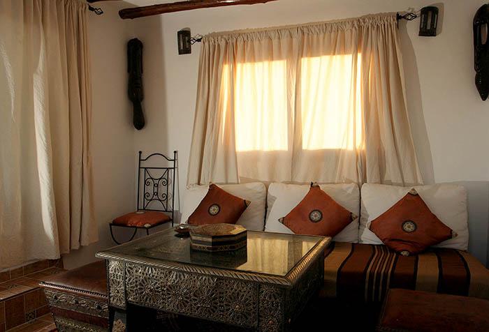 Короткие занавески в гостиной в этническом стиле