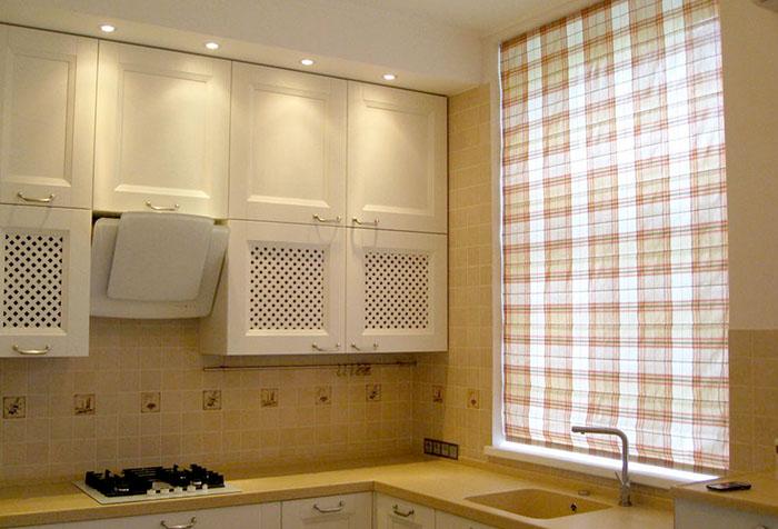 Римская штора в клетку на кухне