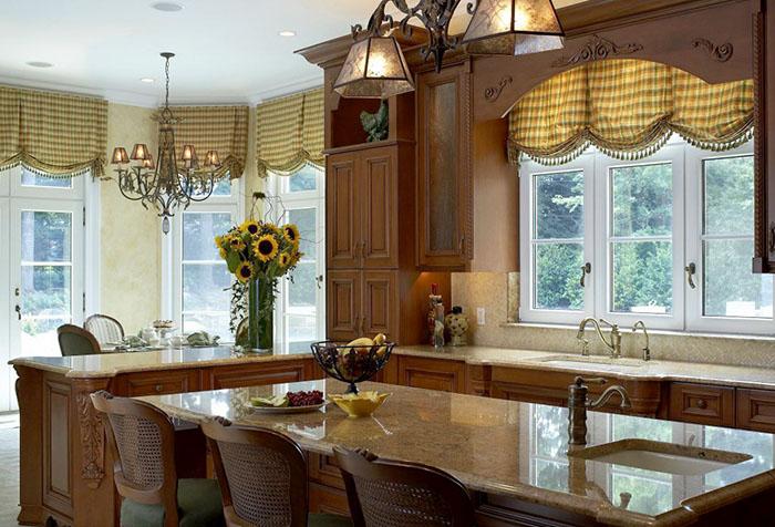 Короткие клетчатые шторы на кухне