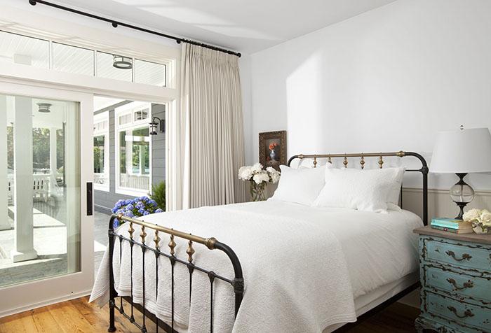 Раздвижная штора на круглом карнизе в спальне
