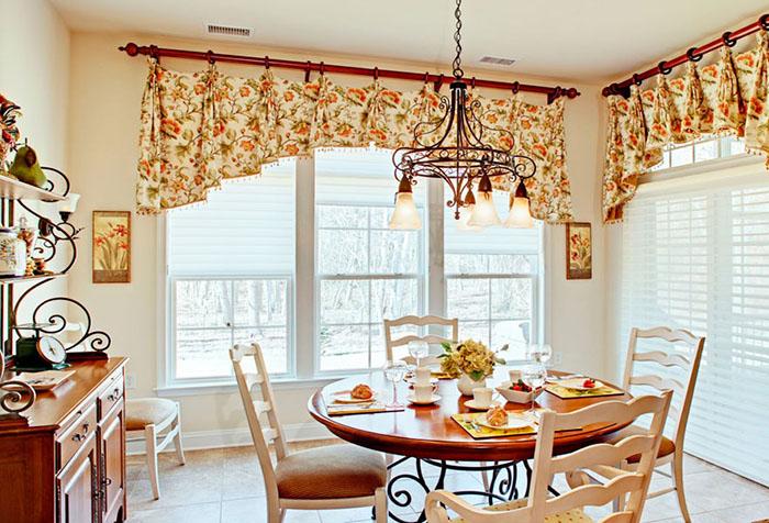 Короткие шторы в виде арки на кухне