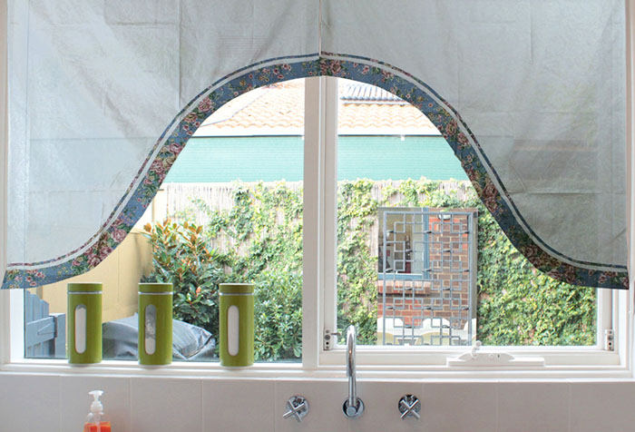 Прямая штора в виде арки на кухне