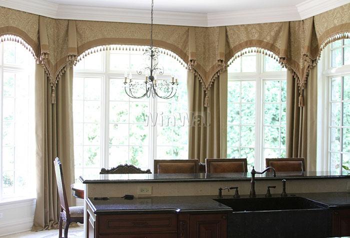 Ламбрекены в виде арок на классической кухне