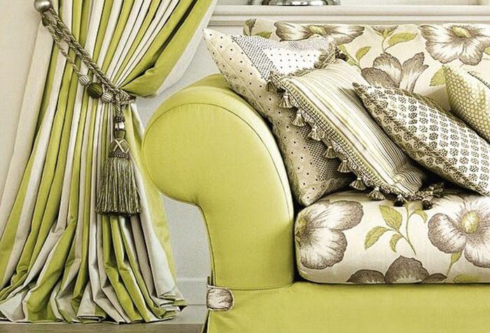 Штора и мебель для гостиной в светло-зеленых тонах