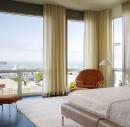 Спальня с гардинами на потолочном карнизе