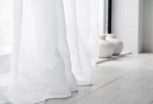 Как создать особую атмосферу с помощью белых штор в интерьере