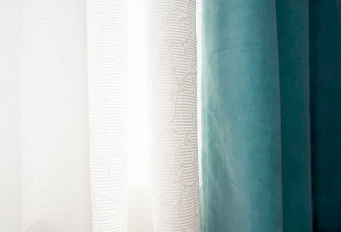 Сочетание белых гардин и плотных штор