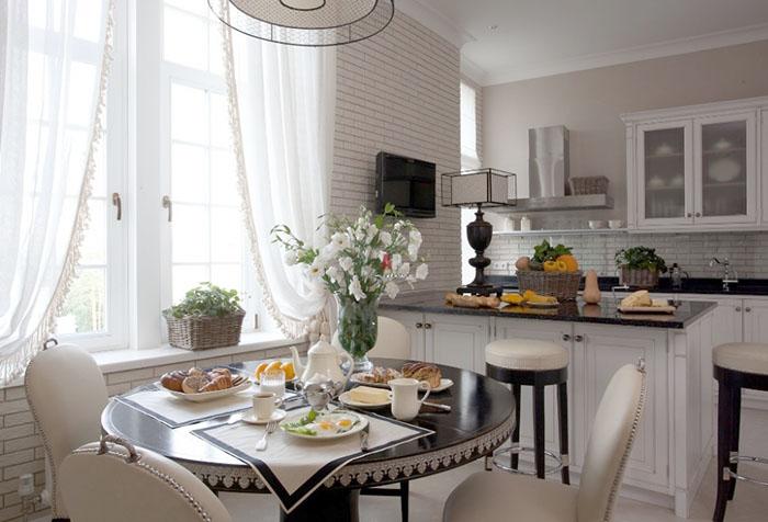 Белые занавески на кухне