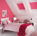Розовые рулонные шторы на мансарде в детской