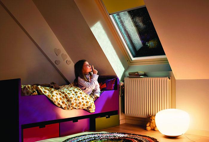 Рулонная штора на мансардном окне в детской