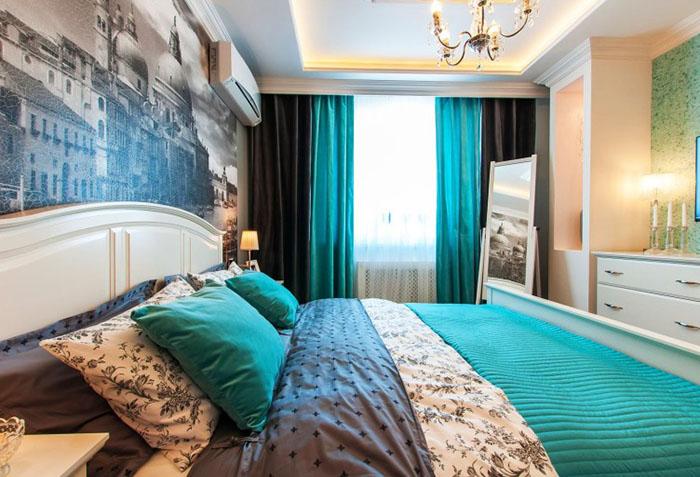 Двухцветные портьеры в спальне
