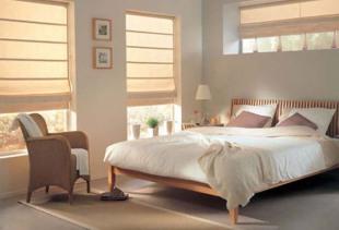 Какие факторы необходимо учитывать при выборе дизайна штор для спальни?
